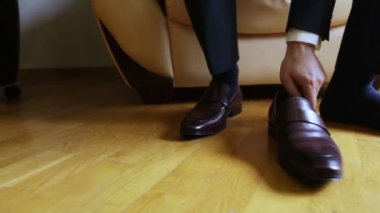 Men wear expensive leather shoes — Stock Video