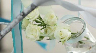 白バラの水容器にぶら下がっています。結婚式の装飾のコンポーネント. — ストックビデオ