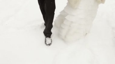 The bride and groom running on snow. The camera on the steadicam — Stock Video
