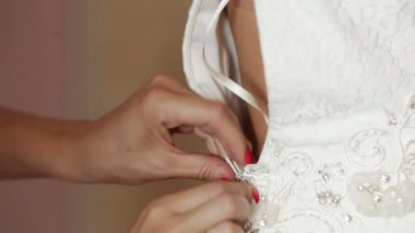 Witness helps to fasten the zipper on her wedding dress — Stock Video