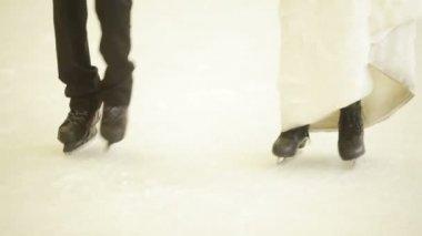 Evli çift pisti ve öpücük dans ediyor — Stok video