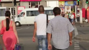 行人过路处,日落 — 图库视频影像