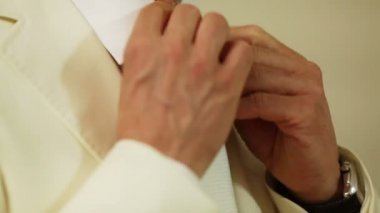 Groom tightens tie. Groomsman helps him and corrects scarf — Vídeo de stock