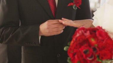 Exchange wedding rings — Stock Video