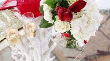 Bir düğün töreni öznitelikleri içeren tablo — Stok video