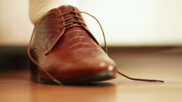 Hombre atar cordones en costosos zapatos marrones — Vídeo de stock