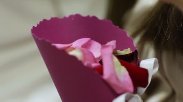 Pétalos de ceremonia de boda — Vídeo de stock