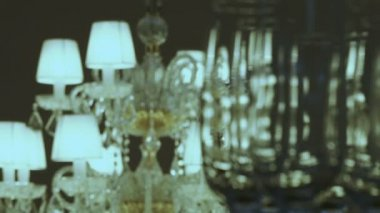 Focus to a luxurious crystal lamps on the wine glasses — Vídeo de stock