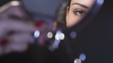 Girl in the mirror. — Video Stock