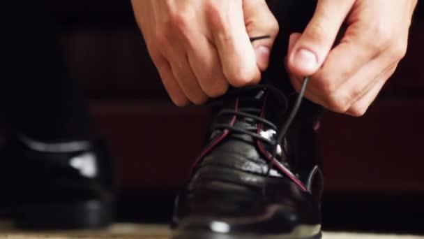 Primer plano de atar los cordones de zapatos caros — Vídeo de stock