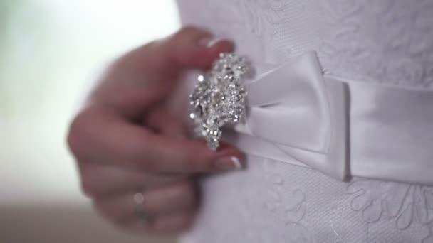 Hermosa novia ajusta su vestido de novia de la correa — Vídeo de stock