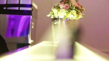 Cake on the background of the wedding bouquet — Stock Video