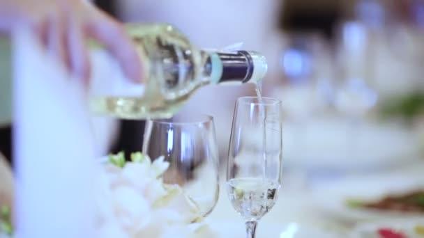 Camarero vierte champán — Vídeo de stock