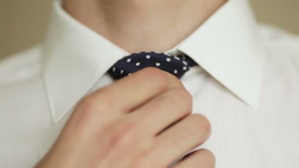 Hombre ajusta su corbata — Vídeo de stock