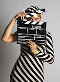 Modell im gestreiften Kleid und Mütze bei Dreharbeiten — Stockfoto