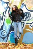 Nastolatka w pobliżu graffiti ściany — Zdjęcie stockowe