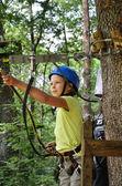 ロープのパルクールで 10 代の少女 — ストック写真