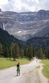 Youth hiker on the way to the cirque of Gavarnie in Pyrenees — Stock Photo