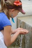 Ragazza a giocare con l'acqua — Foto Stock