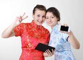 счастливые женщины с мобильными устройствами — Стоковое фото