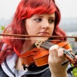 Close-up of teenage girl playing the violin outdoors — Foto de Stock