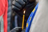 Bougie brûle dans les mains d'hommes. espoir ukrainien — Photo