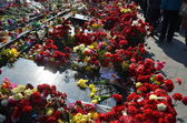 Sorrowful Maidan filled with flowers and candles — Photo