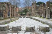 Stenlagd gata i den antika staden-staden Pompeji — Stockfoto