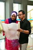 Close-up portret van jonge aziatische vrouw en mannen studie samen — Stockfoto