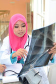 Médico muçulmano confiante fazer raio x análise — Foto Stock