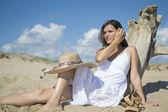 Zittend op het strand — Stockfoto