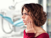 Girl with a painful tooth — Stockfoto
