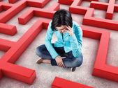 Ragazza in un labirinto — Foto Stock