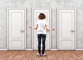 Flicka innan en dörrar — Stockfoto