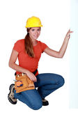Tradeswoman holding up a sign — Stock Photo