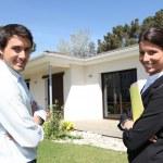 agent immobilier permanent propriété extérieur avec un client — Photo