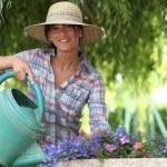 ung kvinna trädgårdsskötsel — Stockfoto