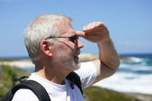 Man looking out over the horizon — Stock Photo