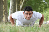 Homme fait presse ups dans le parc — Photo