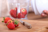 Strawberries on a cutting board — Stockfoto