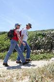 Couple hiking along the coast — Stock Photo