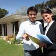 Young man and a real estate agent — Stockfoto
