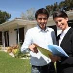 jeune homme et un agent immobilier — Photo