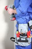 Entusiasta de diy usando uma broca — Foto Stock