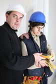 Trabalhadores usando um multímetro — Foto Stock