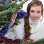 νεαρή γυναίκα που γιορτάζει τα Χριστούγεννα — Φωτογραφία Αρχείου