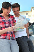 Couple looking at a map — Stockfoto