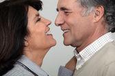Un couple d'âge mûr sur le point d'embrasser. — Photo