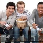 τρεις φίλους παίζοντας βιντεοπαιχνίδια πίνοντας μπύρα — Φωτογραφία Αρχείου