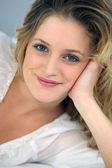 Blond kvinna porträtt — Stockfoto